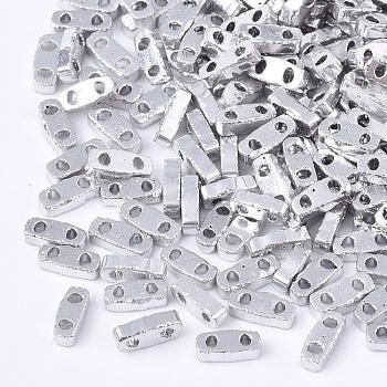Cuentas de semillas de vidrio opaco electrochapado, 2 agujero, Rectángulo, Plata Plateada, 4.5~5x2x1~1.5mm, agujero: 0.5~0.8 mm